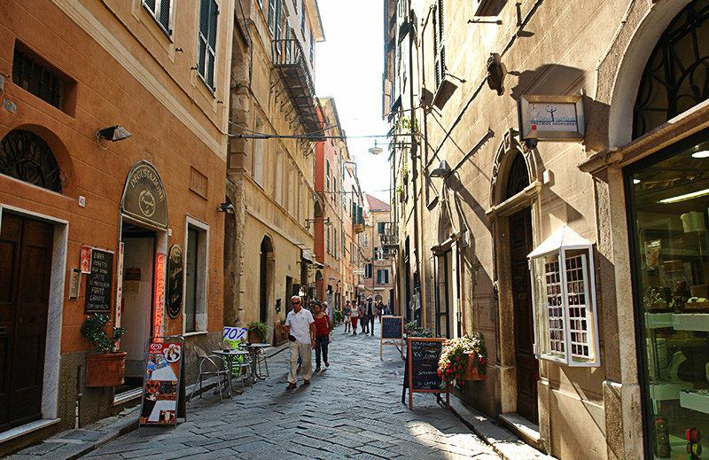 Romantische Gasse in Finale Ligure, Ligurien